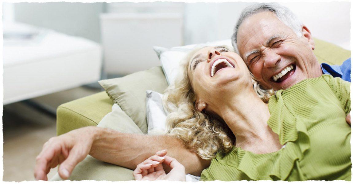 Довольные мужчина и женщина