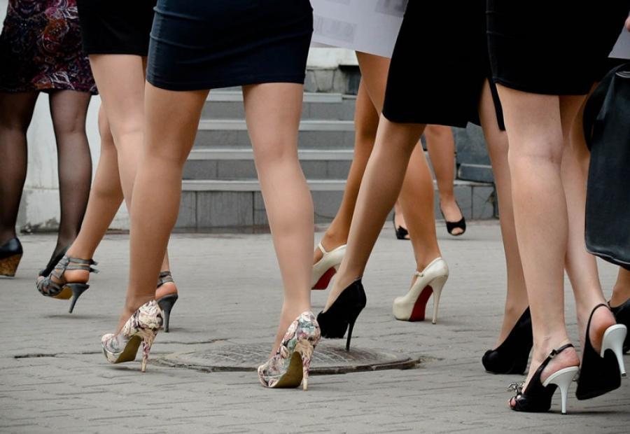 Женщины в туфлях на высоких каблуках