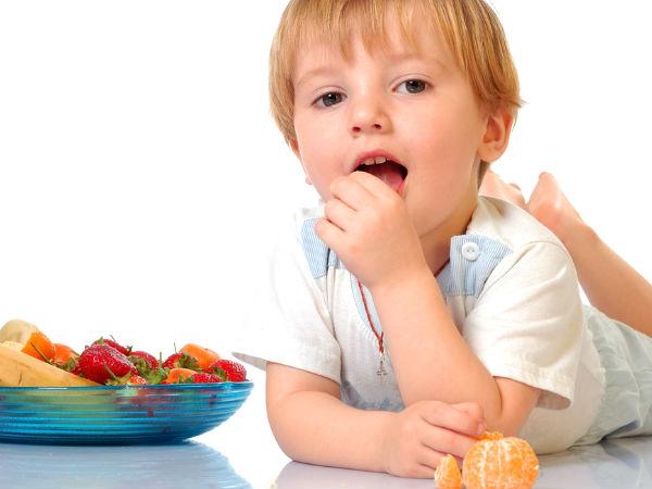 Ребенок лежит и ест фрукты