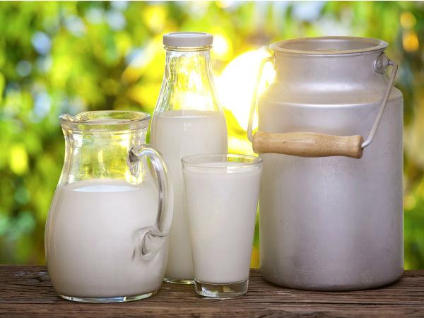 Молоко в стакане, кувшине и бутылке