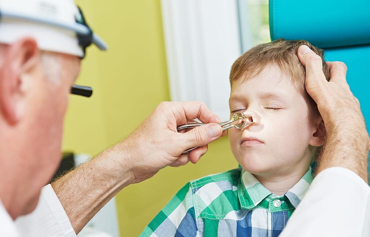 Осмотр ребенка ЛОР-врачем