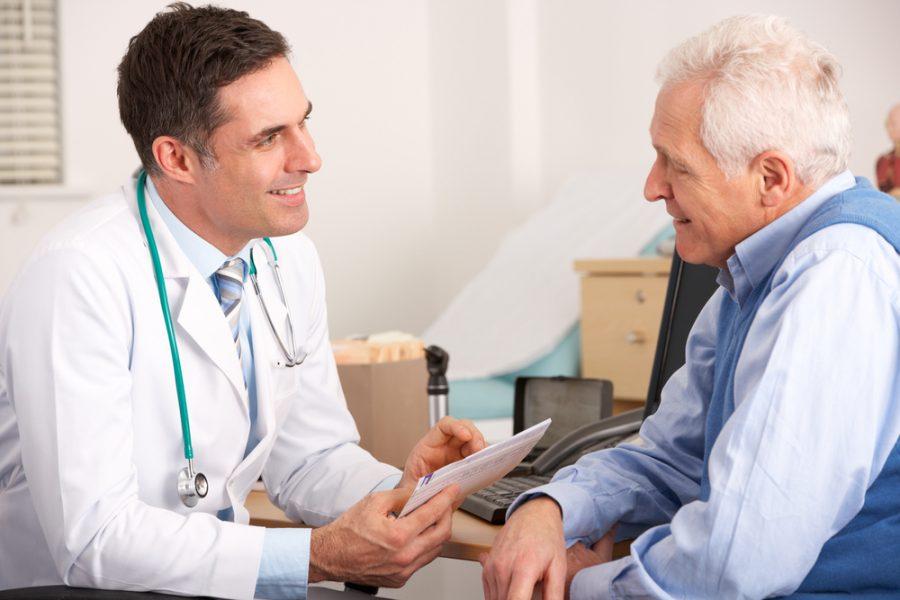Пожилой пациент у доктора