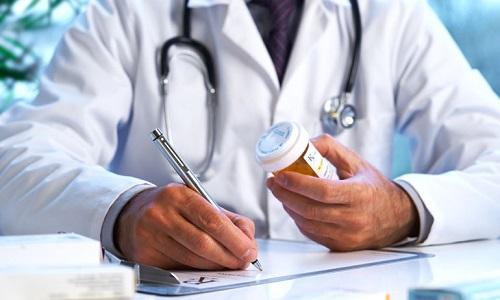Выбор лекарственных препаратов, их дозировку и длительность приема осуществляет врач