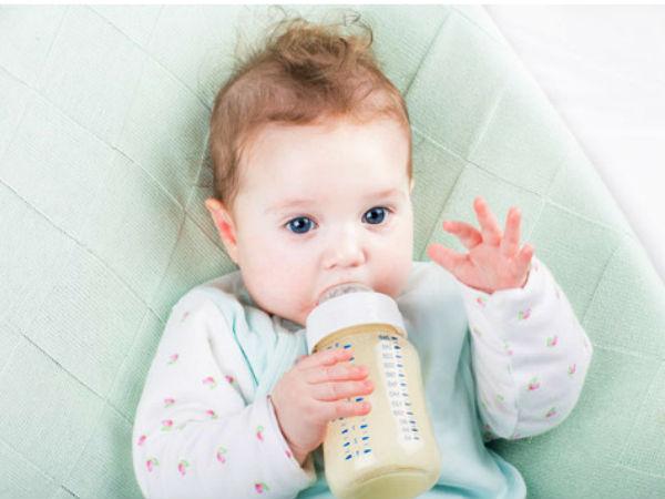 Новорожденный с бутылочкой
