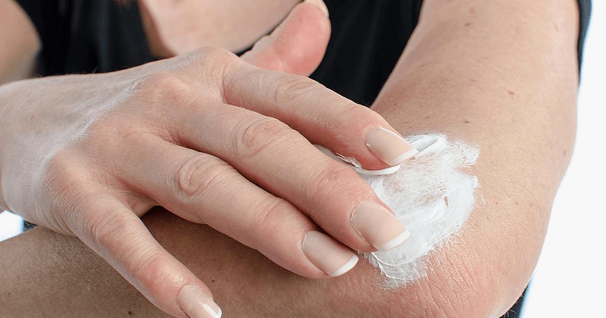 Нанесение лечебного крема на больной сустав