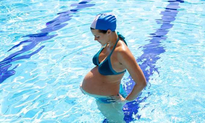 При беременности старайтесь ходить в бассейны по утрам, когда там немноголюдно