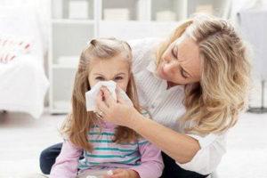 Мама вытирает девочке нос